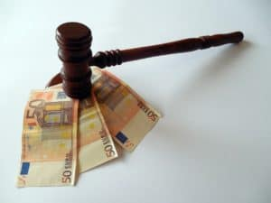 פטיש משפטי מכה על כסף