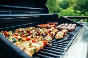 גריל מלא בבשרים בארוחה בחצר - אילוסטרציה